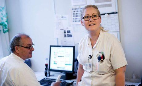 Sygeplejersker taler med læge. DSR er medlem af Fagbevægelsens Hovedorganisation