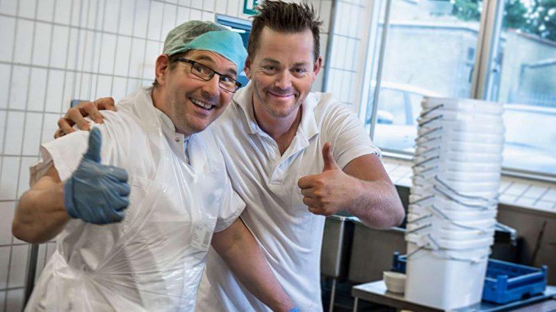 To mandlige køkkenassistenter på arbejdet