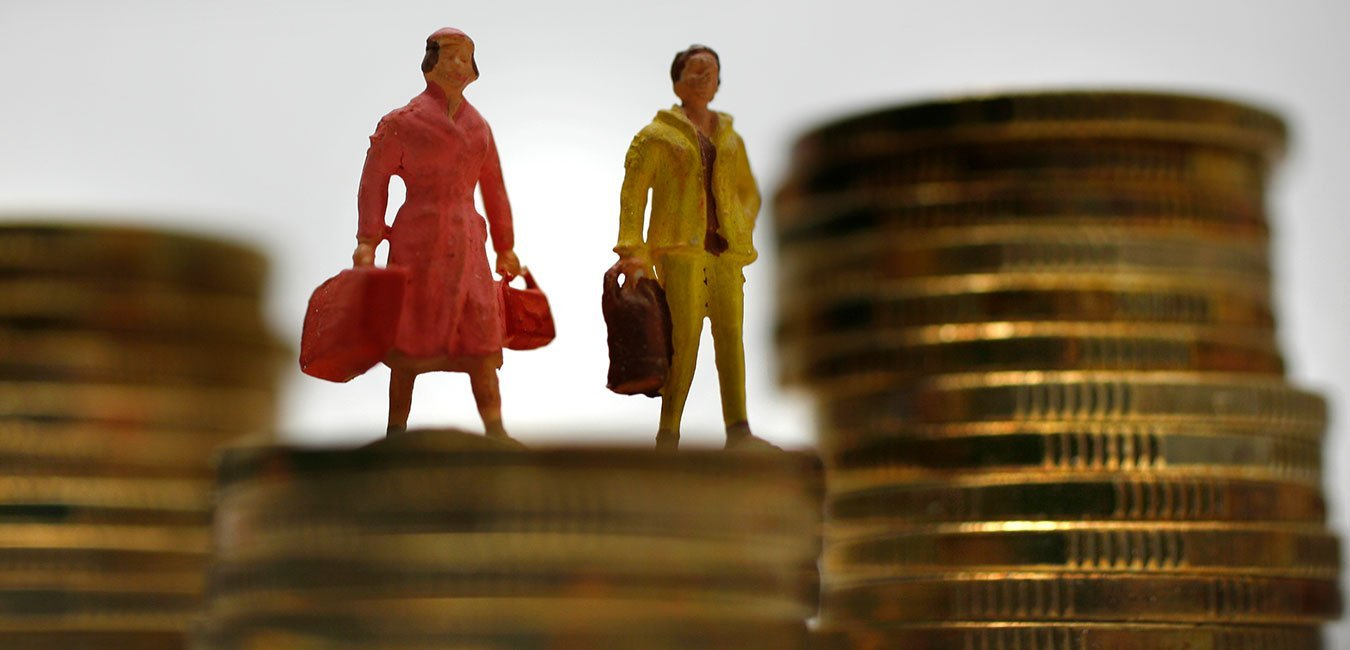 Løn, nettoformuer. Mand og kvinde står på mønter, der har forskellig højde