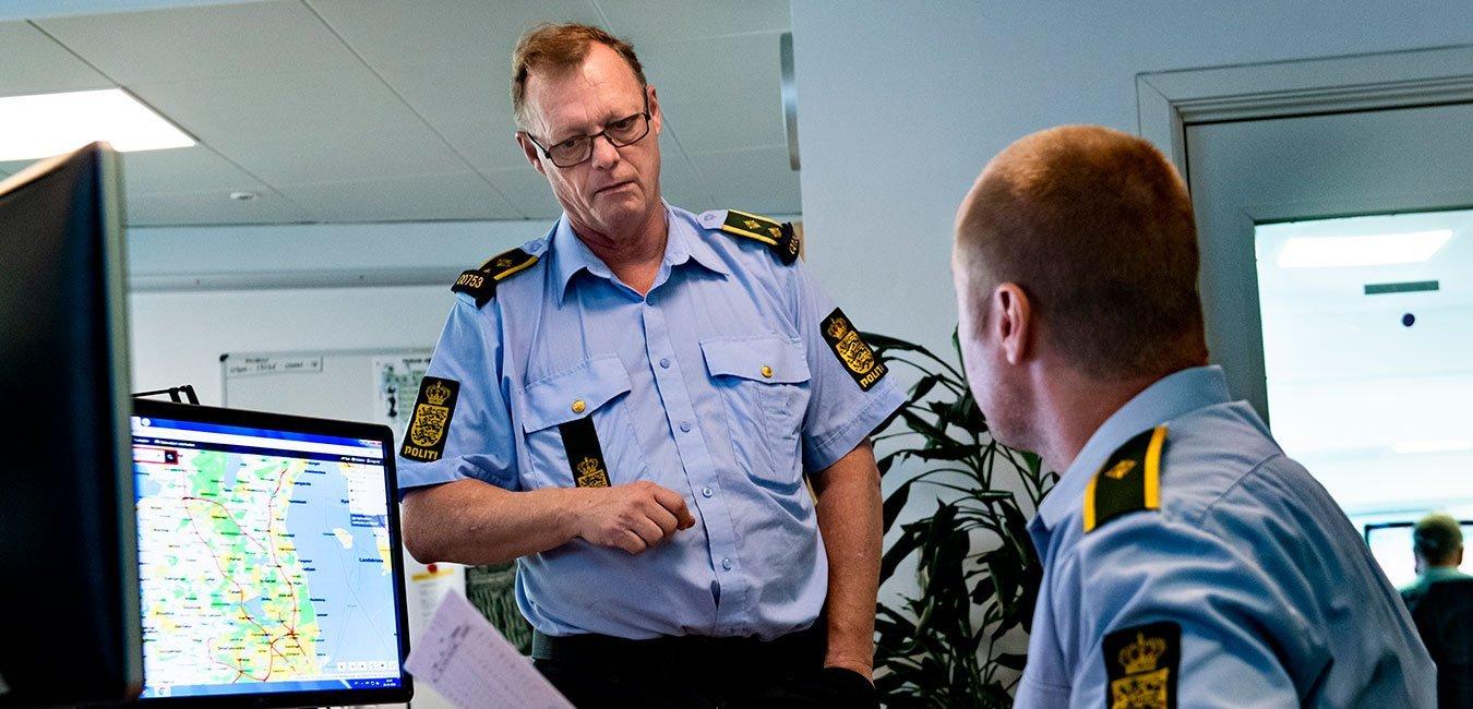 To kolleger taler sammen. Politi, Politiforbundet, Fagbevægelsens Hovedorganisation, Politibetjent