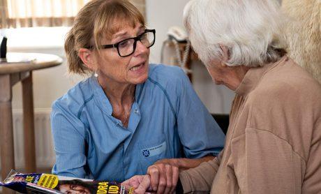 Ældrepleje, SOSU taler med patient. Fagbevægelsens Hovedorganisation