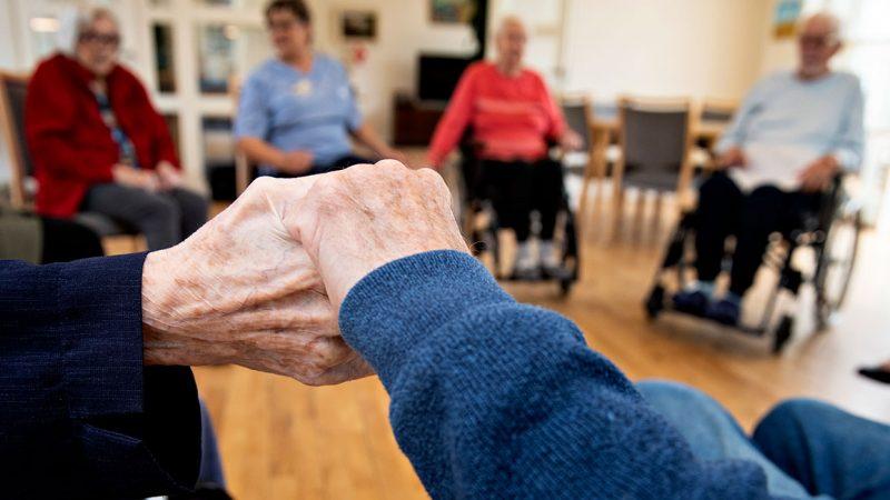 Ældrepleje, SOSU To ældre patienter holder hinanden i hånden. Fagbevægelsens Hovedorganisation