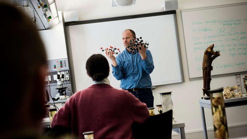 Underviser på kemitime på universitetet