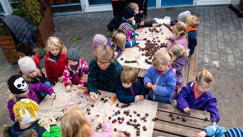 Pædagoger med en masse børn - Fagbevægelsens Hovedorganisation
