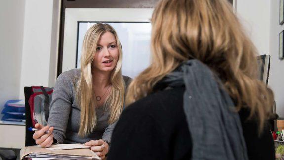 Socialpædagog i samtale med klient. Fagbevægelsens Hovedorganisation