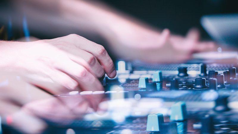 IT og elektronik, hænder på motherboard