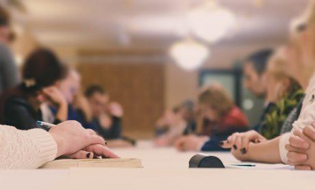 Bestyrelsesmøde ved aflangt bord