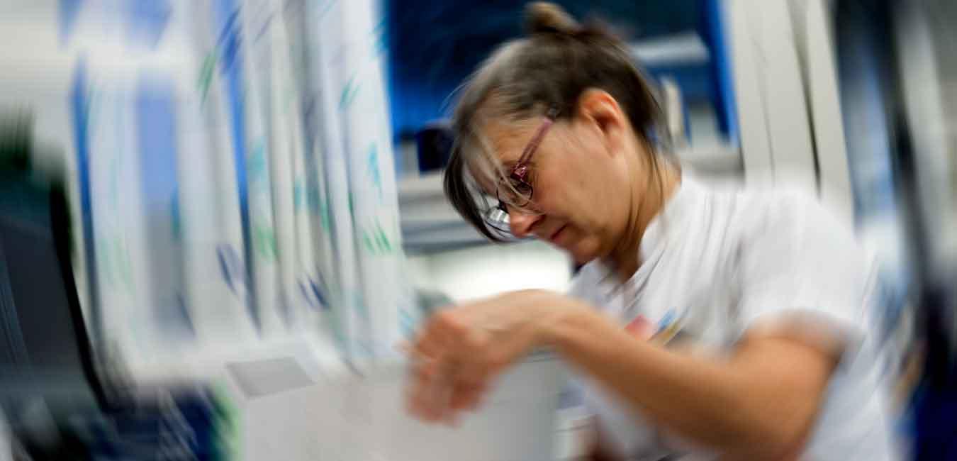 Sygeplejersker i gang med at læse. DSR er medlem af Fagbevægelsens Hovedorganisation